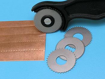Инструмент для тиснения с четырьмя колёсиками